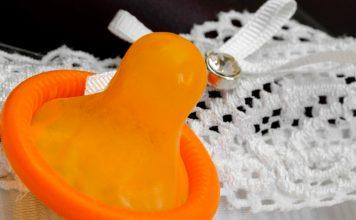 Polacy coraz rzadziej stosują prezerwatywy
