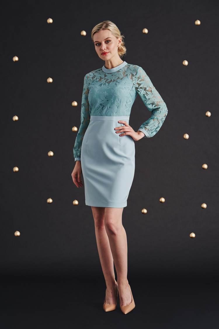 błękitna sukienka z koronką