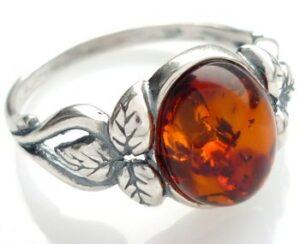 pierścionek srebrny z bursztynem z motywem koniczyny