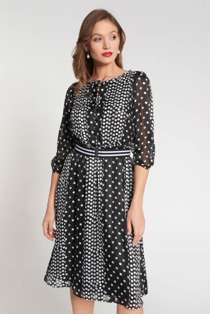 czarna zwiewna sukienka w groszki z paskiem