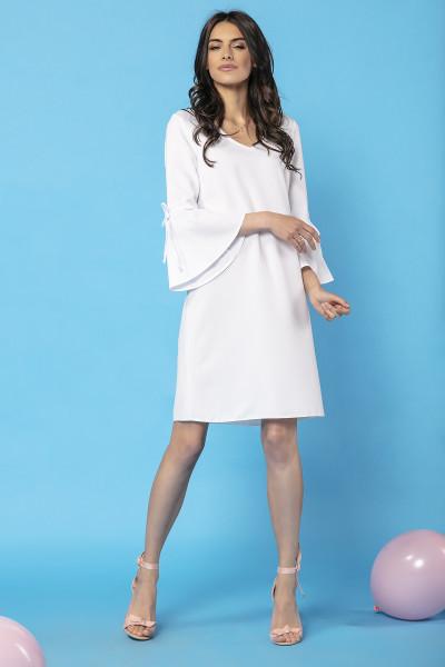 biała wizytowa sukienka z ozdobnym rękawem