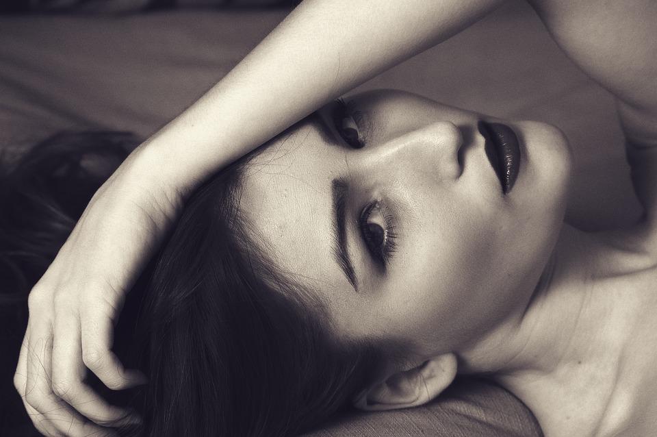 5 oczywistych oznak kobiecego zainteresowania