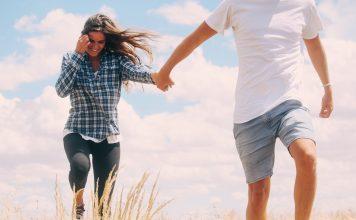 Mężczyźni często boją się odrzucenia, ale tak naprawdę kobiety, które wpadły im w oko, bardzo często są nimi zainteresowane. Warto zamienić negatywne myślenie na pozytywne. Poza tym spieszymy z podpowiedzią, która wielu z was może się przydać. Dzięki tym trikom ona nie odmówi ci spotkania