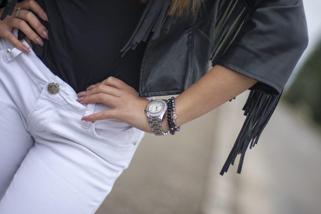 Jak wyglądać kobieco w spodniach