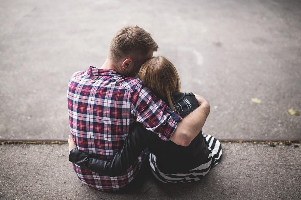 kojarzenie kontra aranżowane małżeństwo