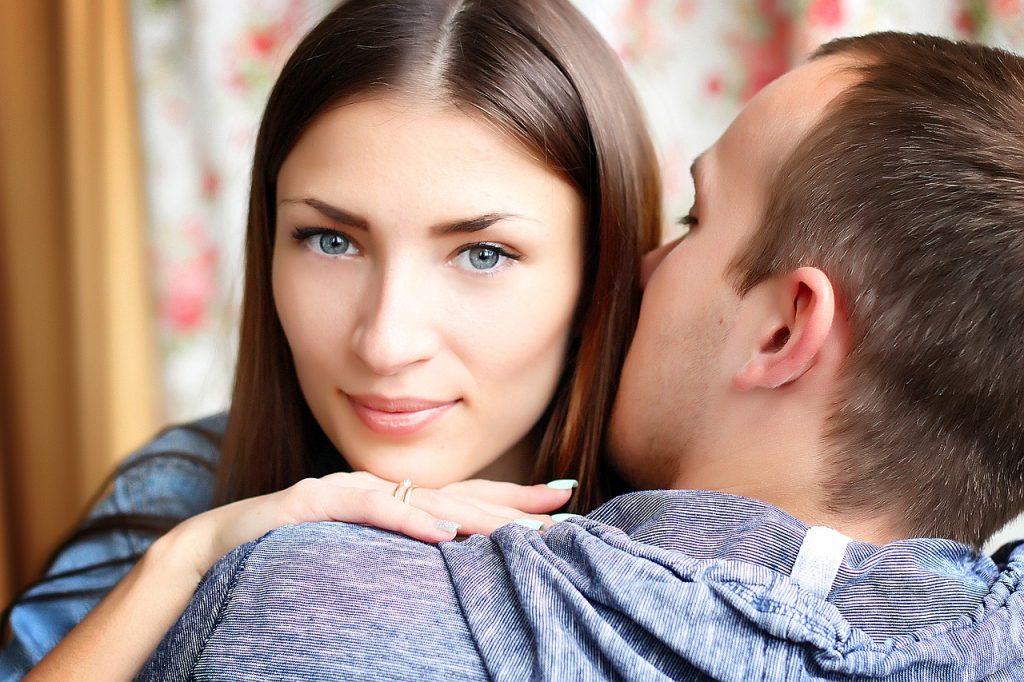Jak stwierdzić, czy kobieta, z którą się spotykasz, cię lubi