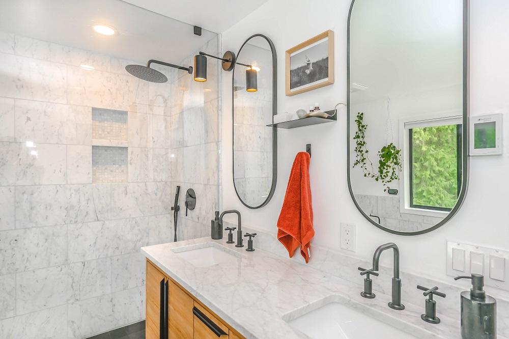 Jak skutecznie oświetlić małą łazienkę i na jakie lampy najlepiej postawić