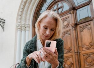 Akcesoria do telefonu dla dojrzałej kobiety