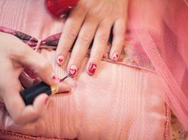 usuwanie plam z lakieru do paznokci