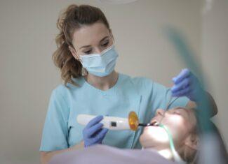 Jak przebiega proces zakładania implantów