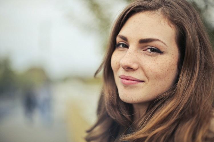 Noszenie rozpuszczonych włosów przystoi tylko młodym kobietom