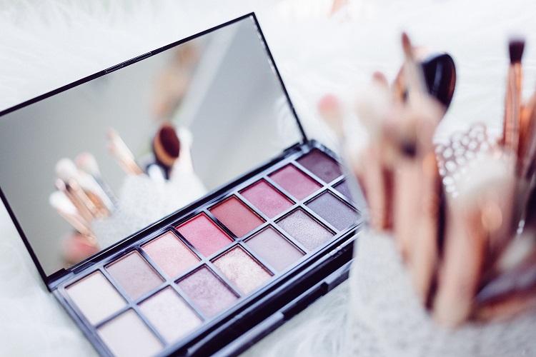 Jak przygotować twarz pod mocny makijaż