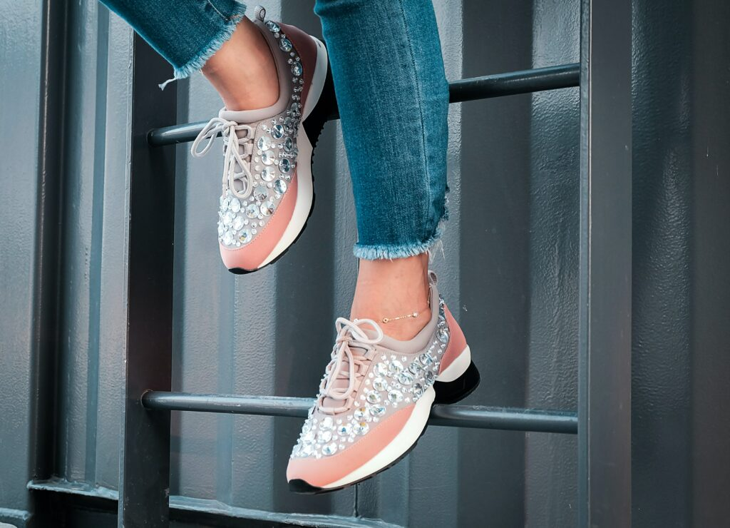Jak wystylizować buty sportowe