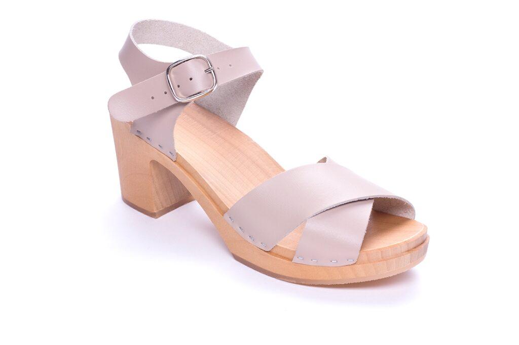 liliowe sandały drewniane