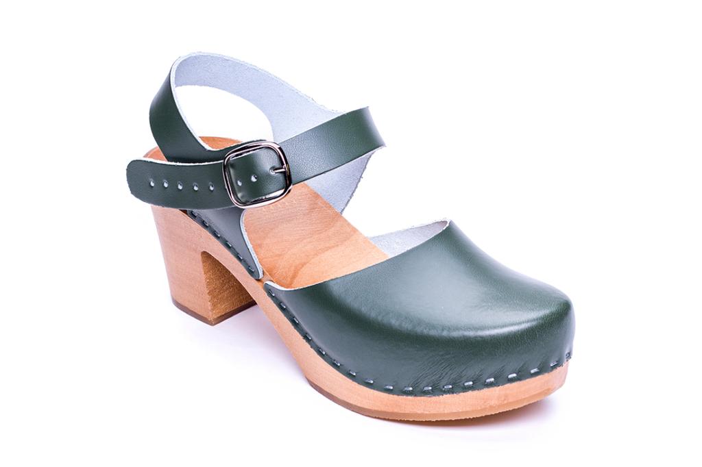 zielone sandały drewniane