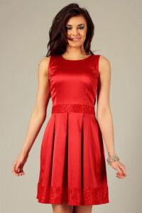 weselna rozkloszowana czerwona sukienka ozdobiona koronką