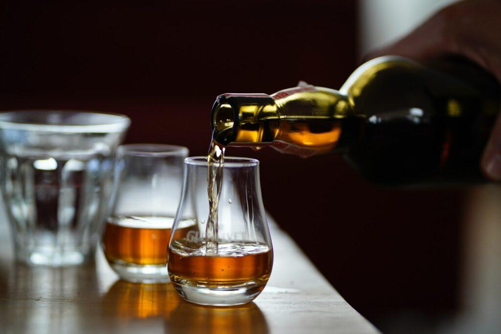 Jak wybrać odpowiednie szklanki do whisky